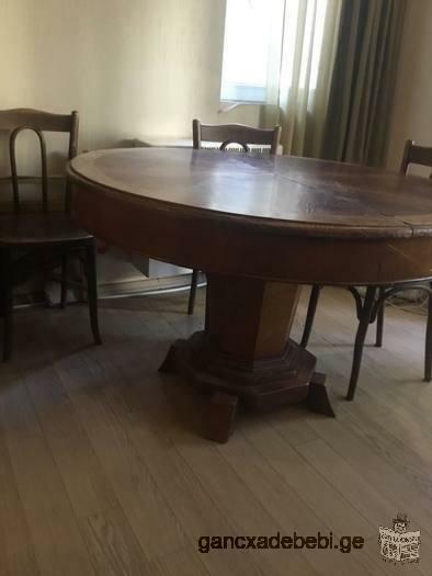 იყიდება ძველებური მასიური ხის მრგვალი მაგიდა.