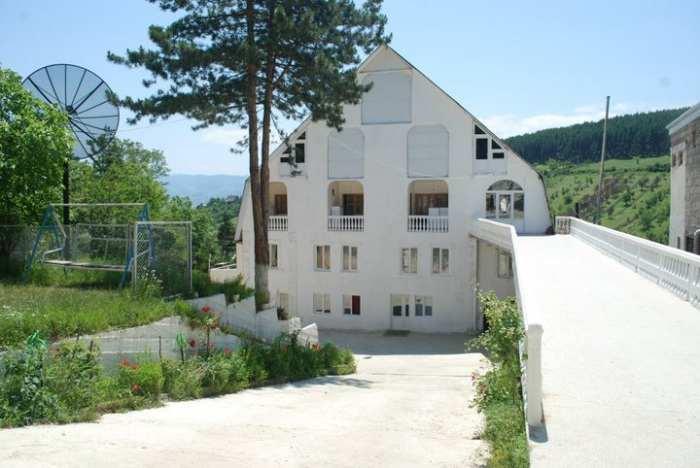 სასტუმრო თეთრი სახლი სურამში