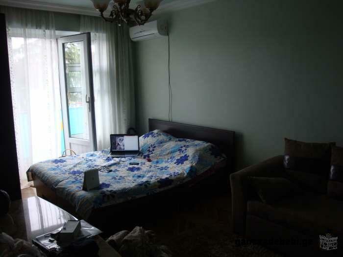 ქირავდება 1 ოთახიანი კეთილმოწყობილი ბინა, ქალაქის ცენტრში (პარკთან და ზღვასთან ახლოს)